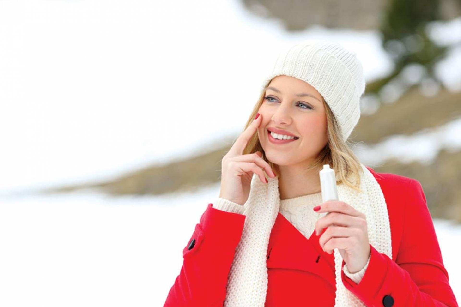 خطوات للعناية بالبشرة في فصل الشتاء مجلة لها خلال فصل الشتاء وموسم البرد يعاني كثيرون من جفاف البشرة والتشققات المختلفة إنه الوق Fashion Winter Hats Winter