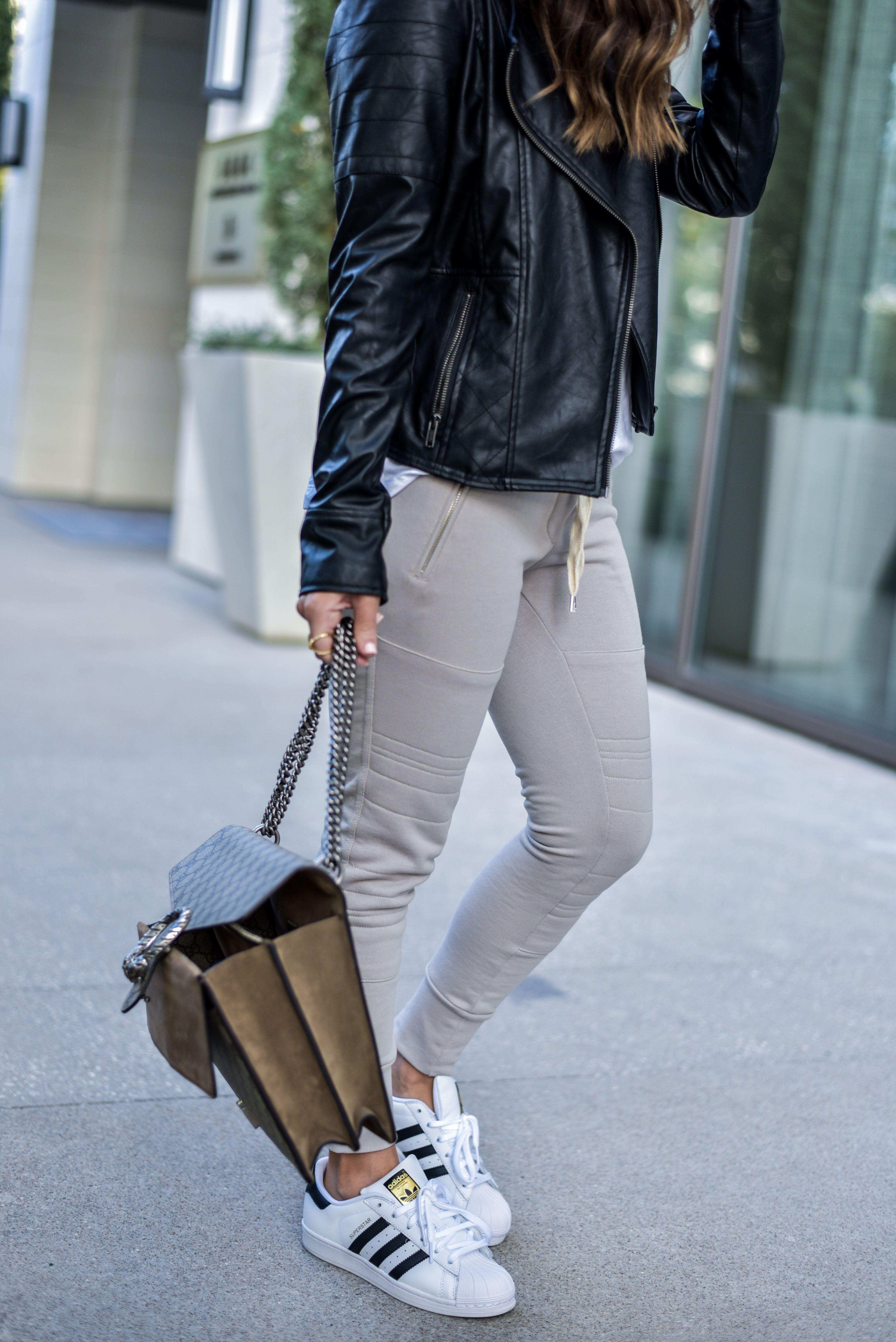 Adidas superstar sneakers, estilo blogger, corredores, chaqueta de cuero