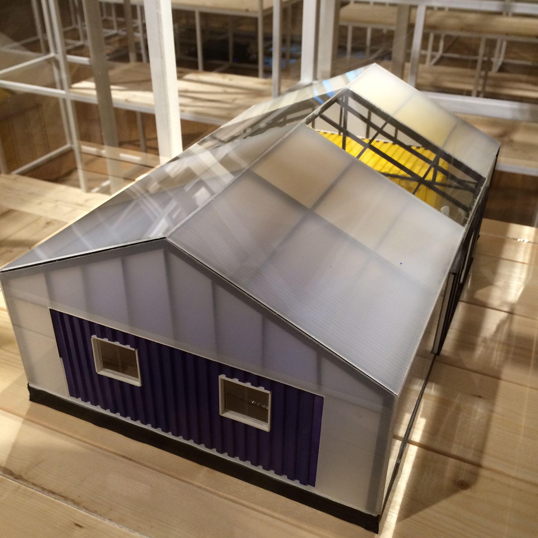 JY아키텍처의 건축가 3명은 자신들의 재능기부와 후원금으로 저비용 주택을 설계 시공했다. 북향 지붕에 뽁뽁이 25장을 겹치고 폴리카보네이트로 마감했다. 컨테이너 박스 2개를 이용하기도 했다. 지금 김해 클레이아크 미술관에 전시되어 있다.