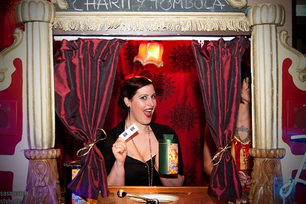 the charity tombola for the cancer research of the NKI hospital at The International Burlesque Circus - The Glamour edition