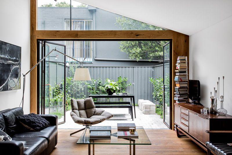 【内外をつなげる全開口のガラスドア】複数の屋外スペースに囲まれたコンパクトで開放的なテラスハウス