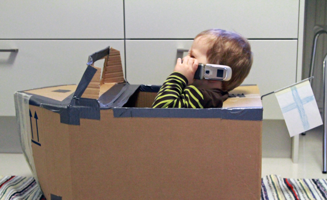 Pahvilaatikkovene. Cardboardbox boat.