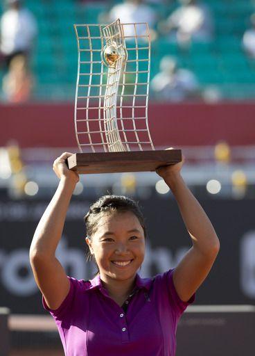 Kurumi Nara of Japan, holds up her trophy after defeating Klara Zakopalova of the Czech Republic at the Rio Open tennis tournament in Rio de Janeiro, Brazil, Sunday, Feb.23, 2014. (AP)