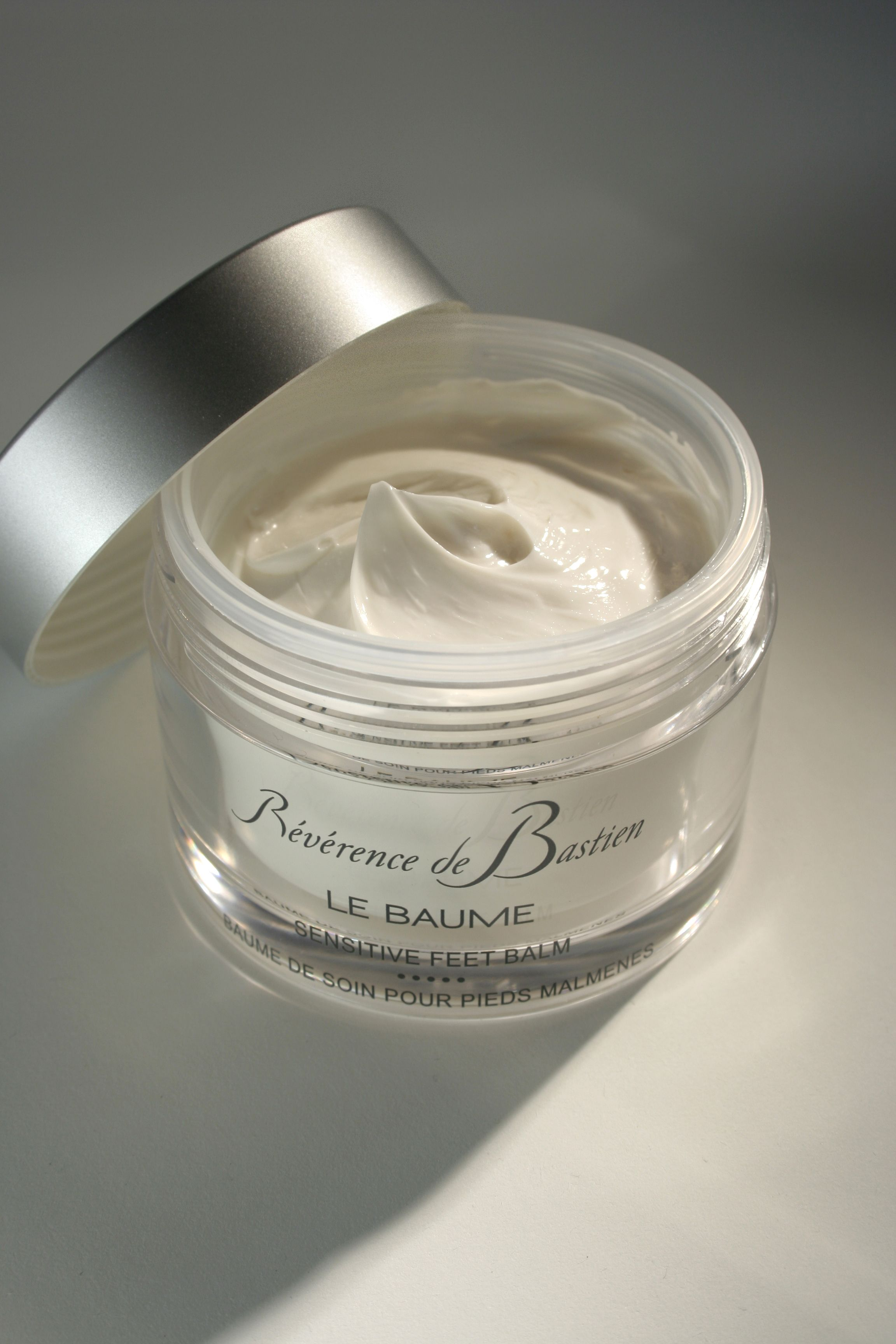 Le Baume - sensitive feet balm A creamy and original plants based formula with an elegant fragrance. It prevents dry skin and nail degeneration, relieves heavy legs and the classic sore and tired feet. It's made out of essential oils of sage, lavender and thyme, watercress and lavendula extracts, mint derivative and zinc. Simply apply a liberal coat daily (with focus on dry areas and cuticles) and massage from the toes, working up to the leg.