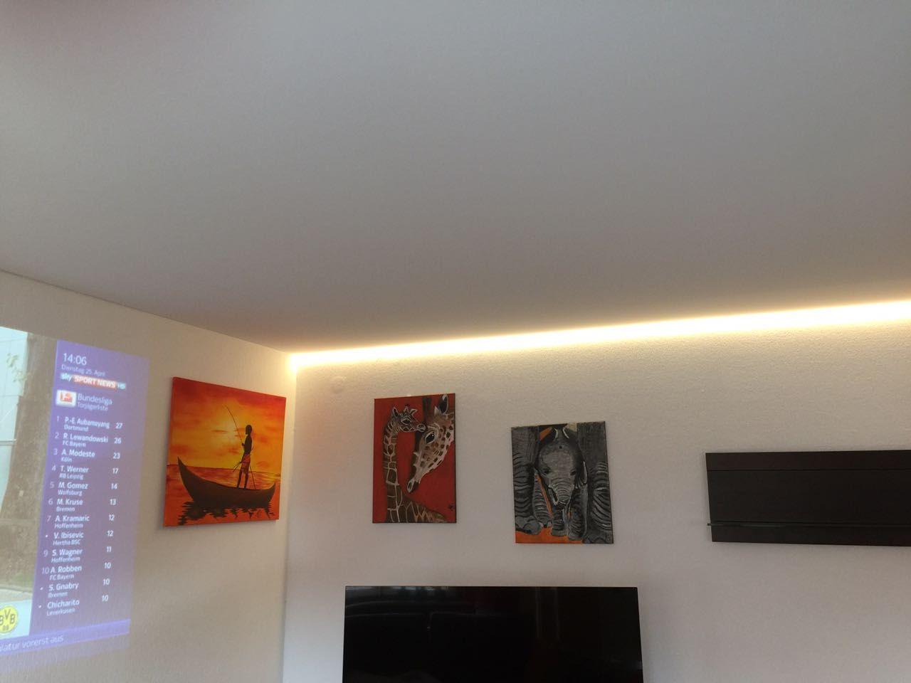 Matte Spanndecke Und Ein Lichtkanal Als Beleuchtung Mit Led An Der Wand Spanndecken Led Decke