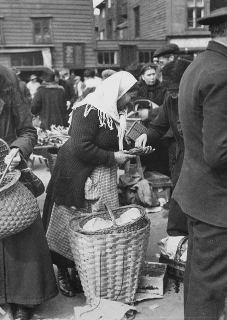 Egghandel på torget. Fotografi skapt av Atelier KK  Laget mellom 1910-01-01 og 1930-12-31 Signatur:  ubb-bs-ok-06081-008
