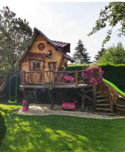 Une Cabane De Princesse Tout En Bois Abri De Jardin Jardins En Bois Cabane Jardin Enfant