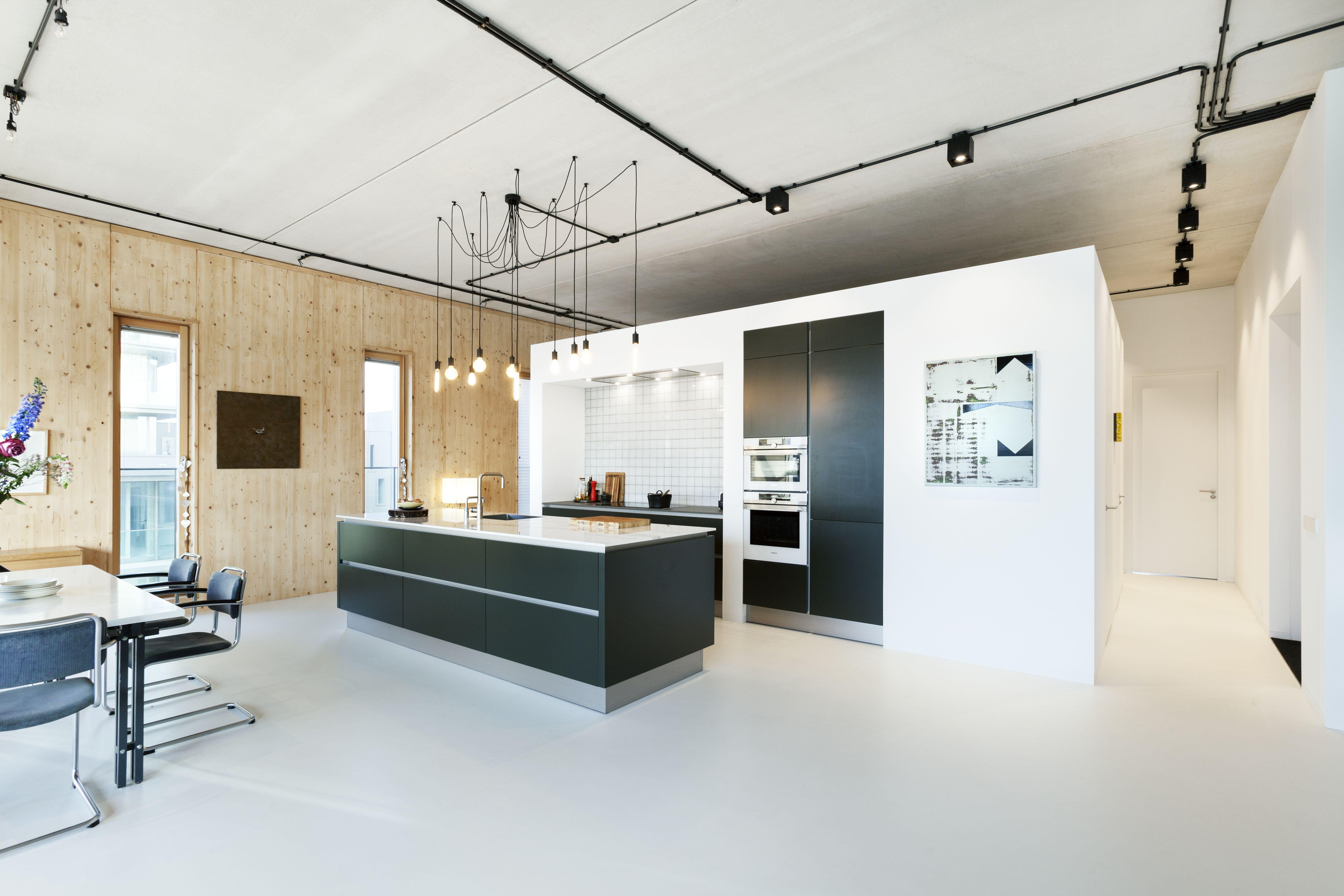 in dit industrile loft heeft bnla architecten een centraal volume ontworpen om de grote ruimte in functionele hoeken te verdelen
