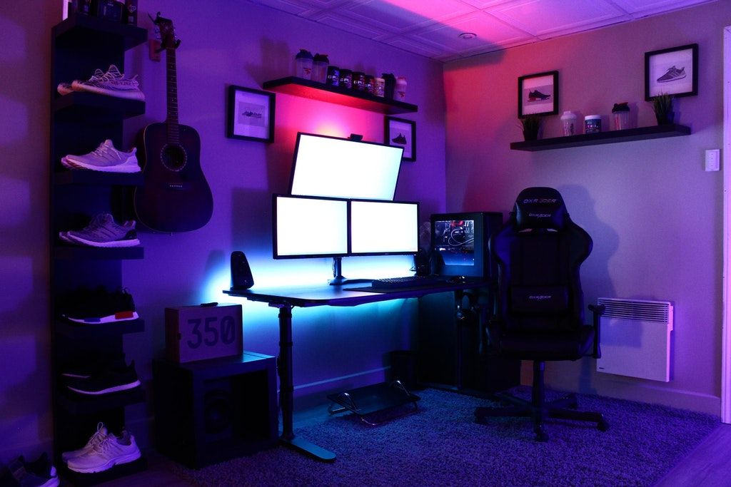 first triple monitor battlestation battlestations desk setups rh pinterest com