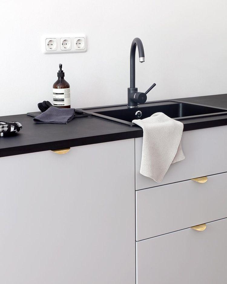 Neue Küchenideen Griffe Messingfarben hellgraue Fronten schwarze - griffe für küche