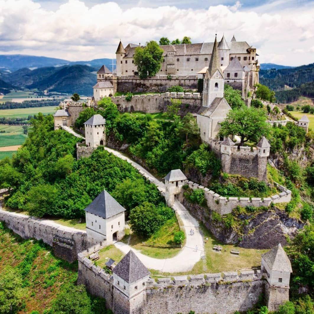 Burg Hochosterwitz In Karnten Heute Morgen Findet Hier Das Legendare Ritterfest Statt Eintritt Im Rahmen Des Burgbe In 2020 Burg Witze Natur