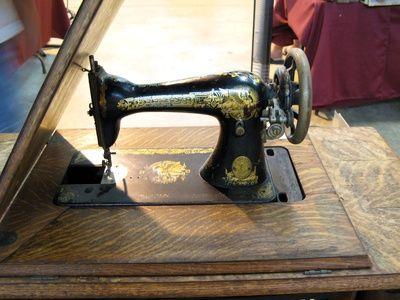 Cómo hilvanar una máquina de coser Singer antigua con