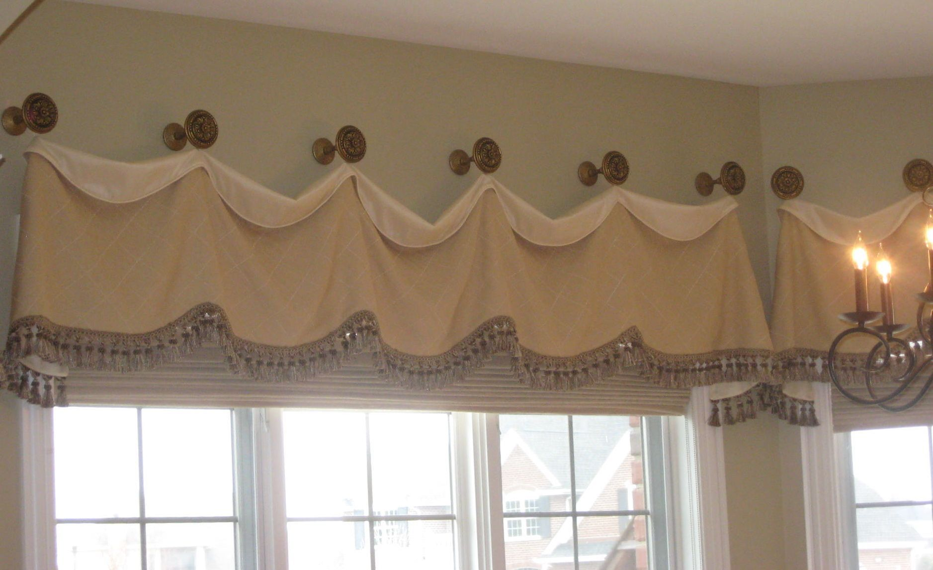 Dinette valance on medallions with natural romans shades