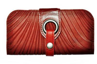 Portefeuille rouge de @Cokluch - Disponible chez Belle et Rebelle et à http://boutique.belleetrebelle.ca/