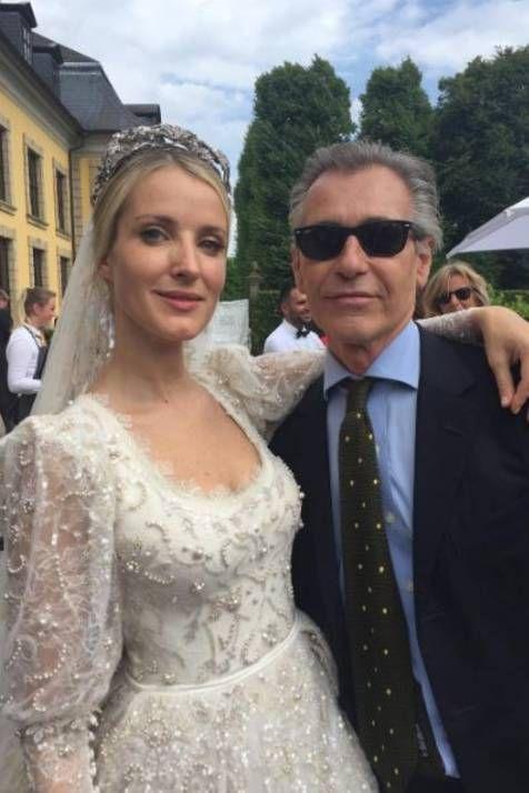 Der Empfang In Den Herrenhauser Garten Sehr Glucklich Strahlt Die Braut Als Sie Gaste Wie Den Kunstler Gr Wedding Dresses Lace Wedding Dresses Royal Weddings