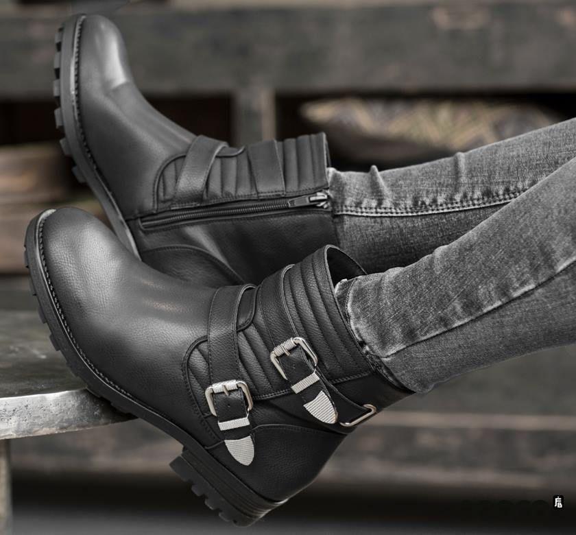 Biker boots geven een edgy look aan je outfit. Deze van Poelman staan geweldig met een goede jeans!  https://www.sooco.nl/poelman-c436-zwarte-enkelboots-27795.html