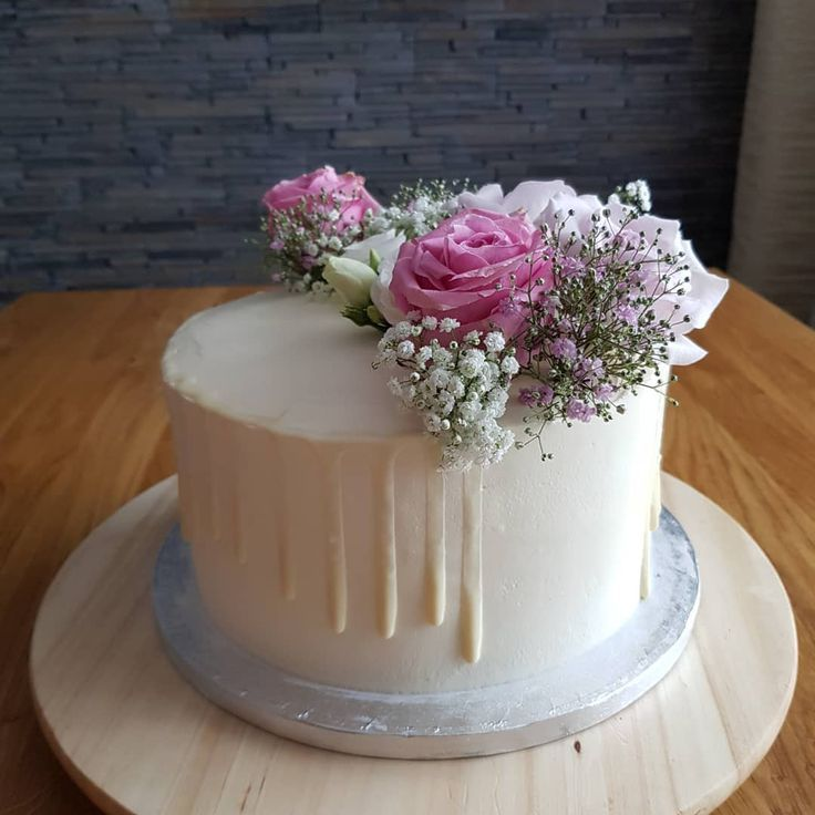 Hochzeitstorte! Mit wunderschönen frischen Blumen von @blumenmicky. Torte ist mit Mascarponec... Hochzeitstorte! Mit wunderschönen frischen Blumen von @blumenmicky. Torte ist mit Mascarponecreme, Himbeerfüllung und frische Himbeeren.,