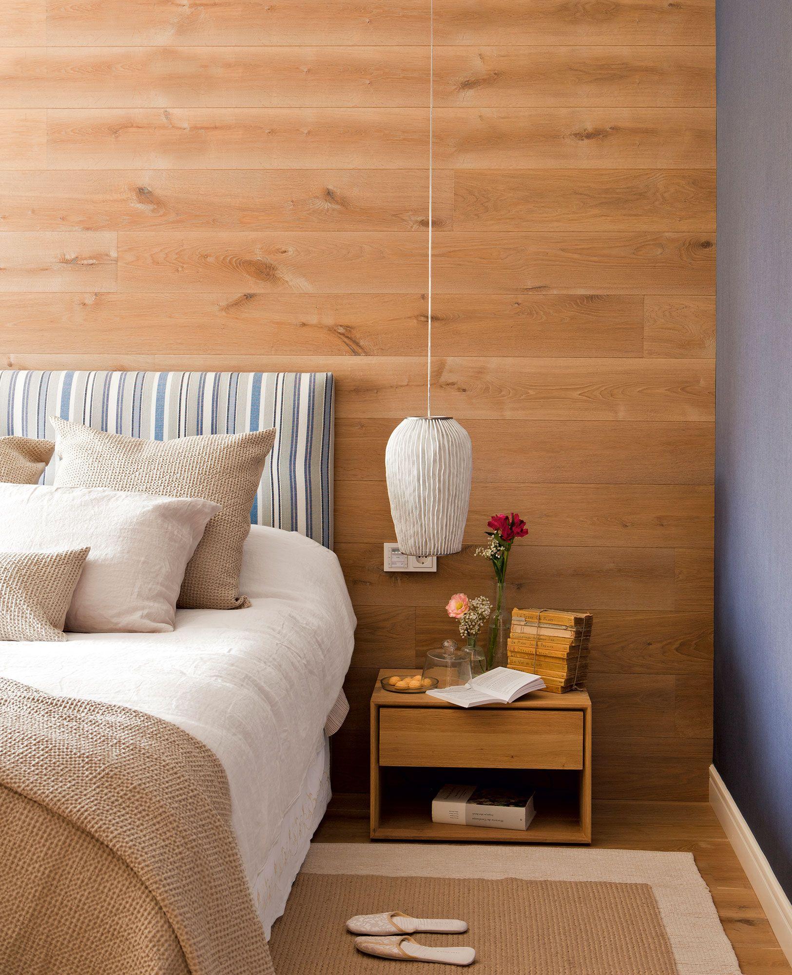 Dormitorio romántico con estructura de cama en hierro y mesilla de ...