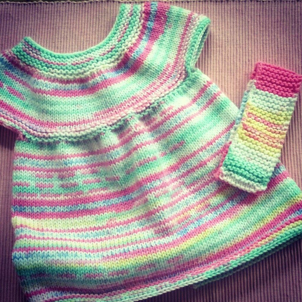 Petit coup de c ur pour cette jolie petite robe b b au tricot vraiment facile et rapide toute - Modele tricot aiguille circulaire ...