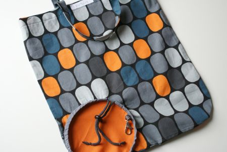 Foldable grocery bag - folds into its own round outside pocket. Pattern and directions in German