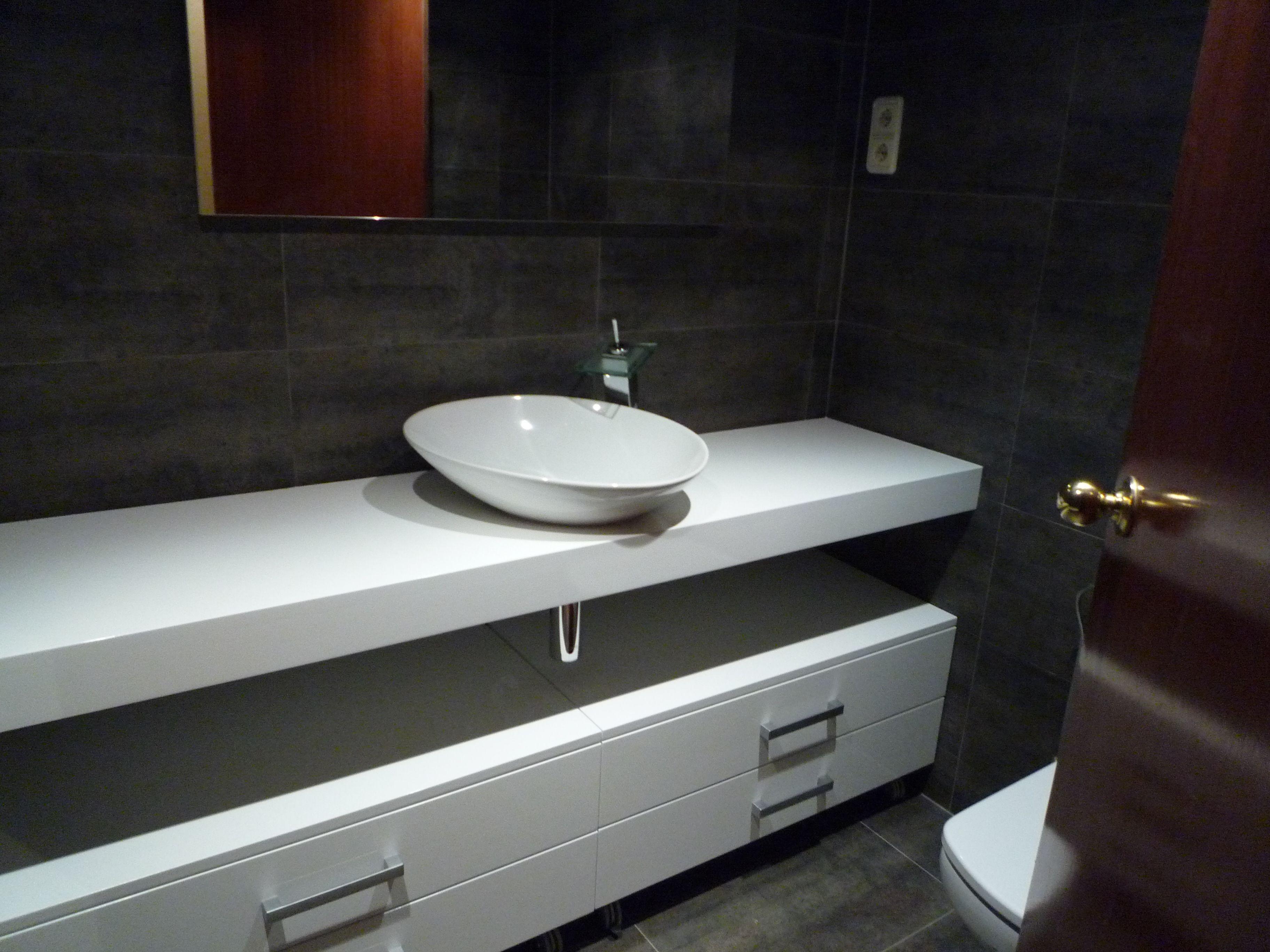 Ba o en blanco y negro mueble a medida con lavabo sobre for Lavabos pequenos con mueble