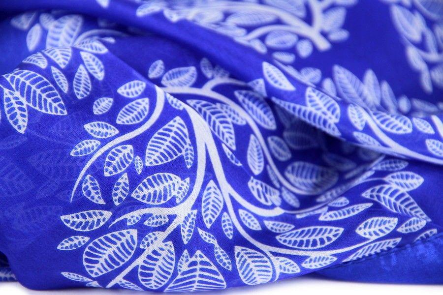 Blue Sea Waves foulard en soie peinte à la main, bleu l été en mousseline  de ... 47ad65fa197