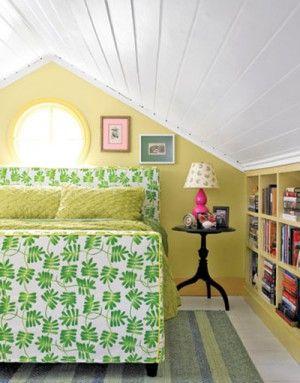 Slaapkamer met schuin dak en boekenkast. Door gebruik te maken van ...