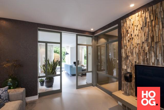 Moderne woonkamer inspiratie met wandafwerking van hout woonkamers