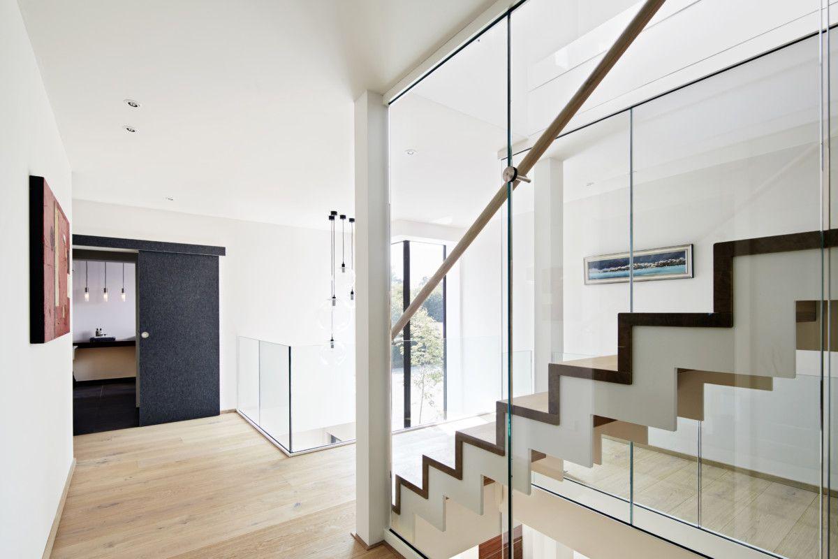 Treppe modern gefaltet mit Galerie und Glasgeländer ...