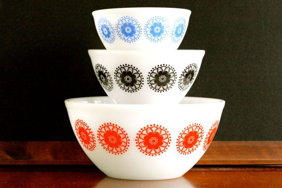 Crown Pyrex: set of three mixing bowls with geometric design