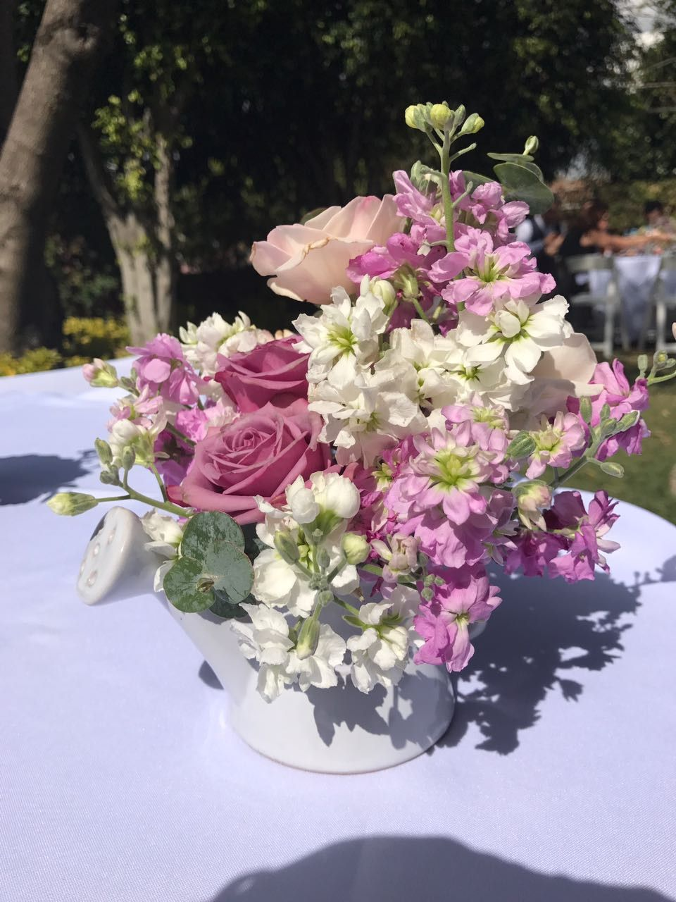 Jarrita de ceramica blanca con flores en tonos rosas