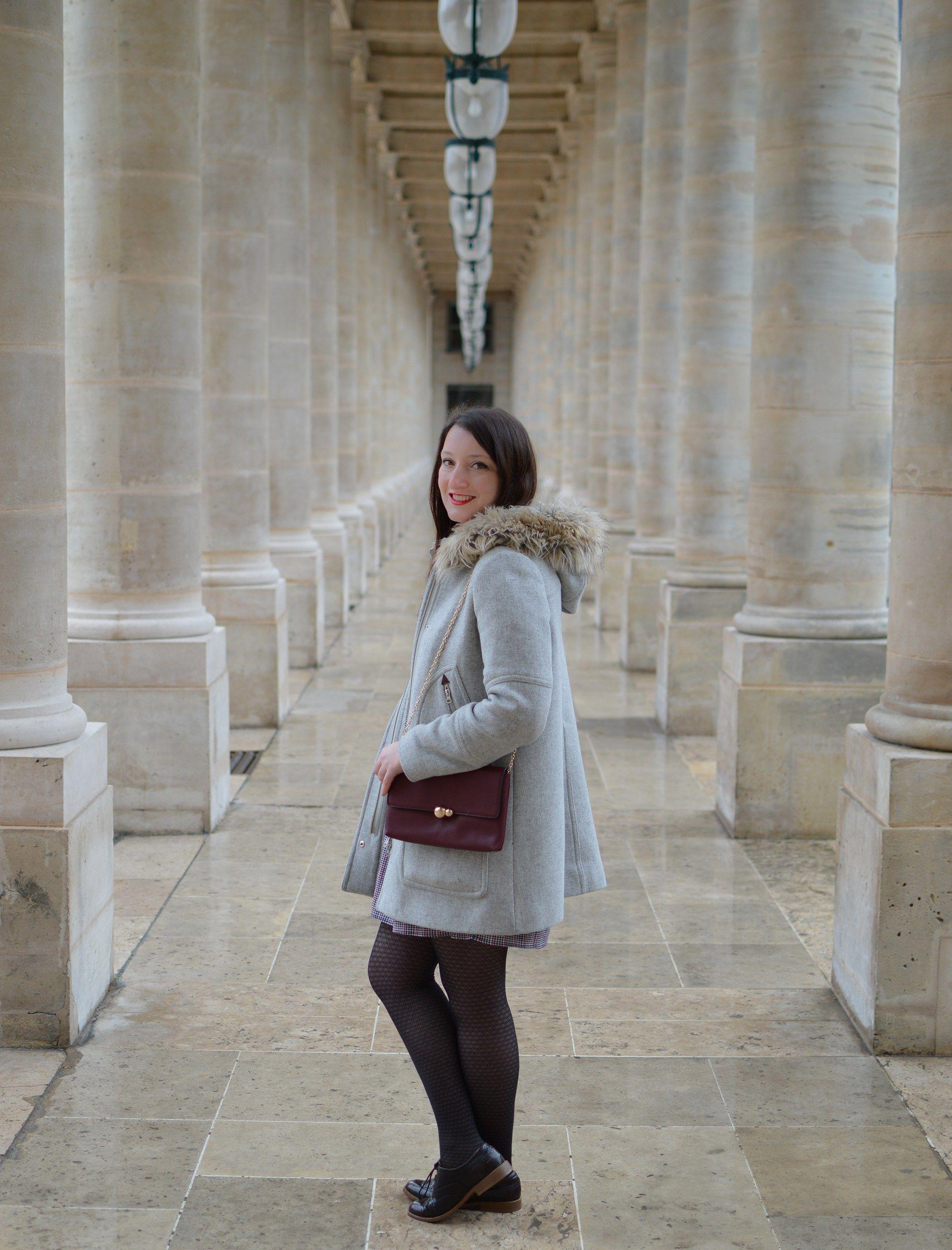Une robe preppy motifs pied de poules, un col claudine, des derbies vernies et une petite pochette : le look parfait pour une après-midi à Paris!