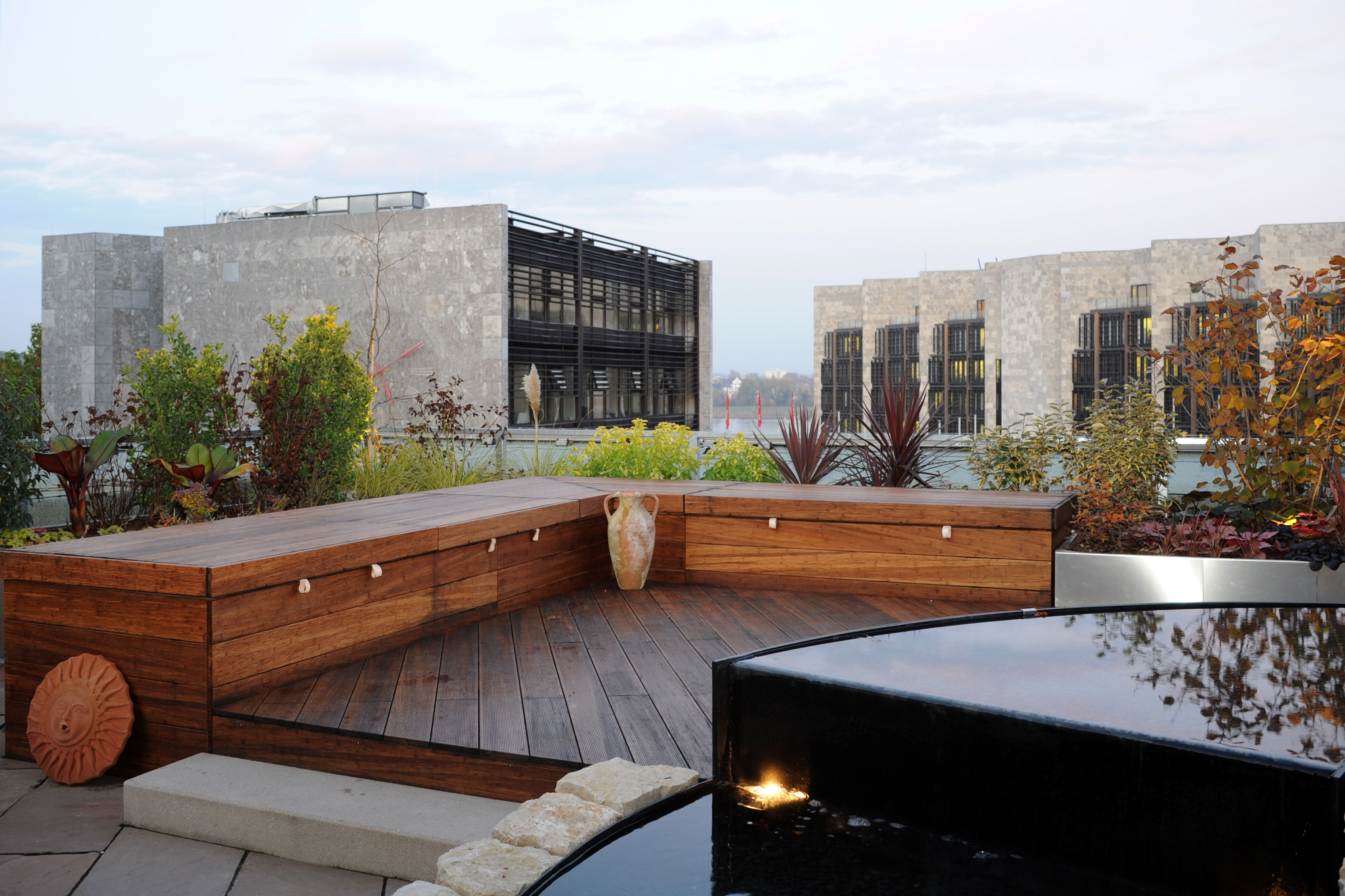 Holz-Sitzfläche auf modernen Dachgarten | Fertiggstellte ...