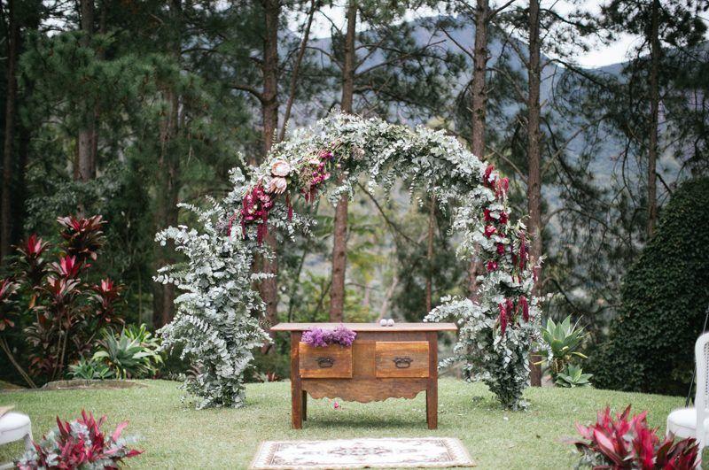 alta com arco de flores - Casamento bucólico intimista no campo