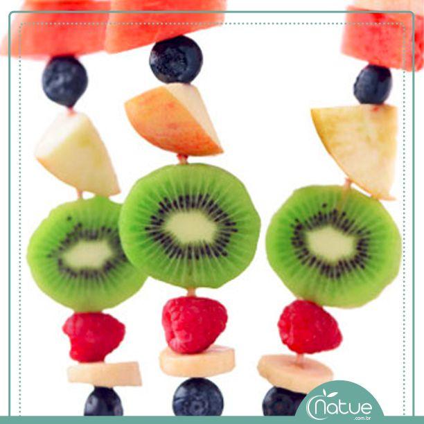 Hummmmm...  Clique na imagem para conferir a receita de sobremesa saudável! Espeto de frutas com cobertura de iogurte.