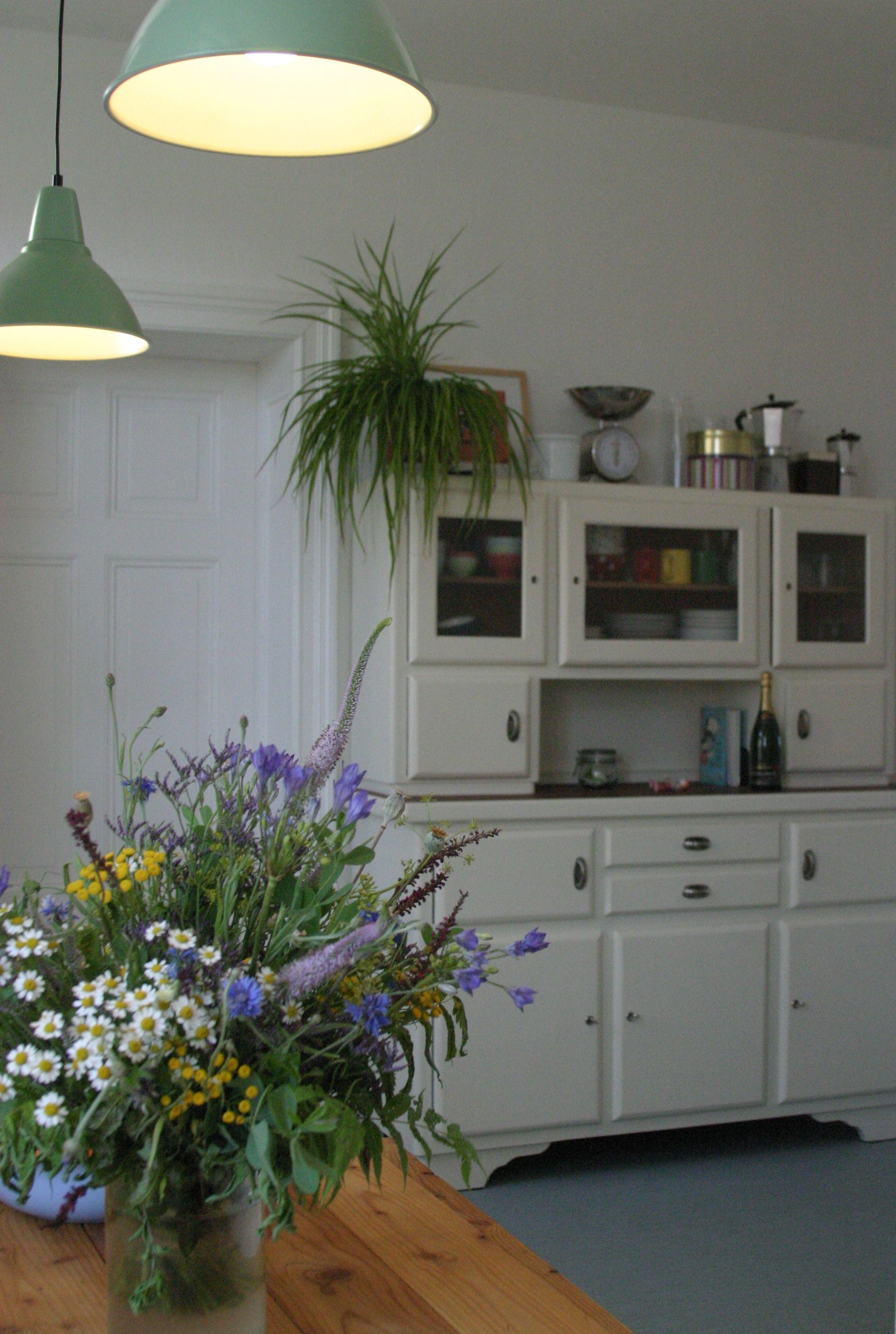 die alte k chenanrichte aus den 30ern erstrahlt in neuem glanz nebst. Black Bedroom Furniture Sets. Home Design Ideas