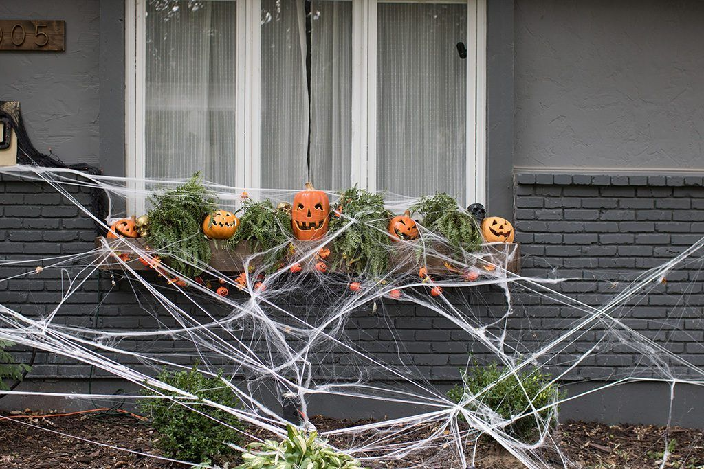 Join Oh So Lovely Blog on an outdoor Halloween home tour! diy