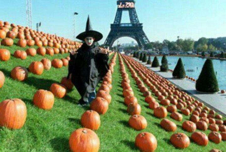Fete Halloween Paris.Pin By Josh Krispin On Comment Fete Halloween En France Jdk Halloween Around The World Paris Tour Eiffel Happy Halloween