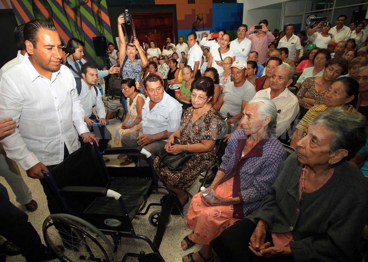 En el marco del Día del Abuelo, Eduardo Ramírez Aguilar, presidente ...