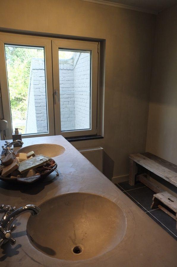 De wanden in de badkamer zijn geverfd met kalkverf van Pure ...