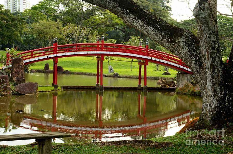 Singapore - January 5, 2013 A red bridge located in the Chinese and - chinesischer garten brucke