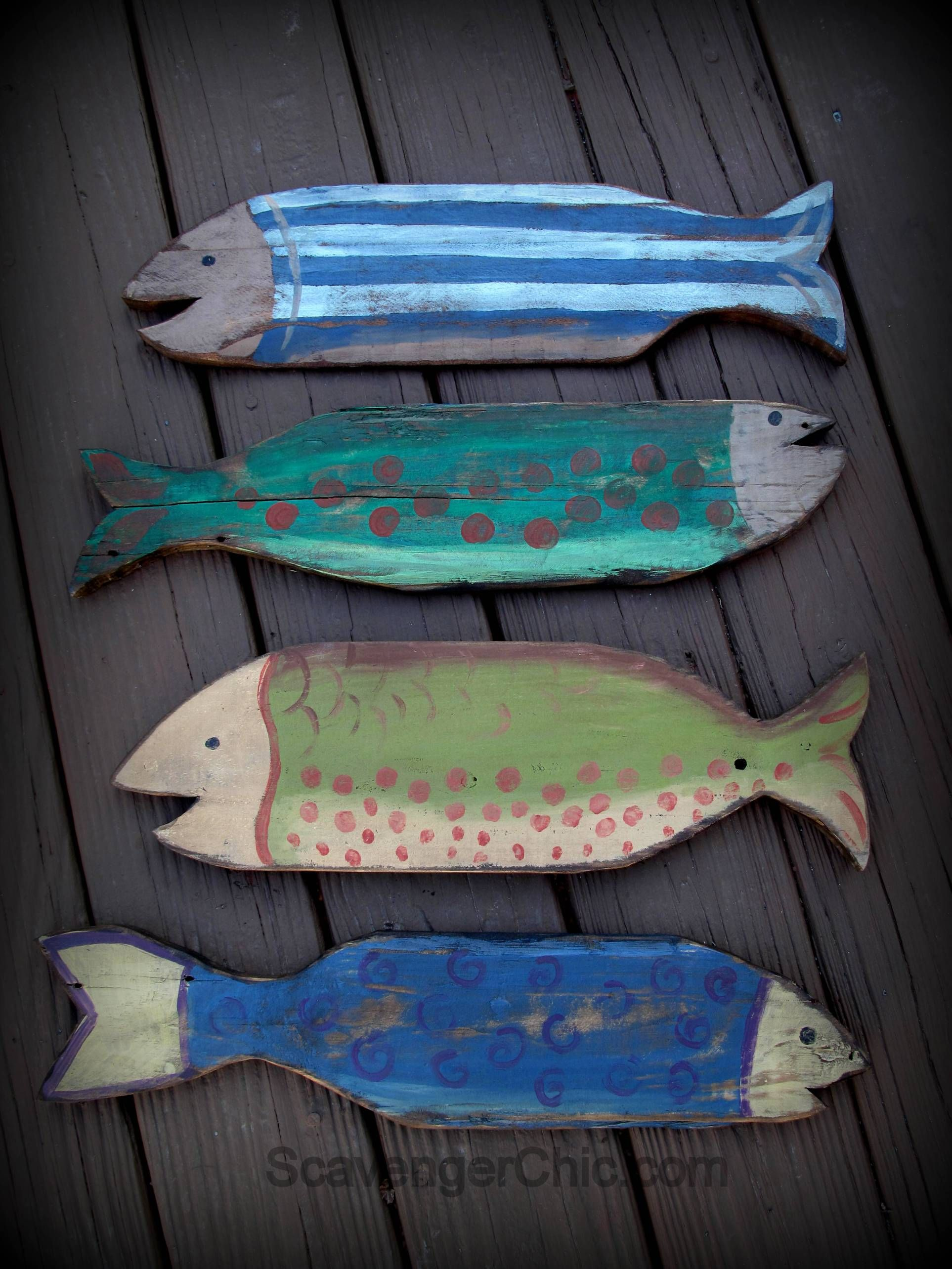 Pallet Wood Fish Projects - using pallet wood to create coastal beach wall  decor - via Scavenger Chic