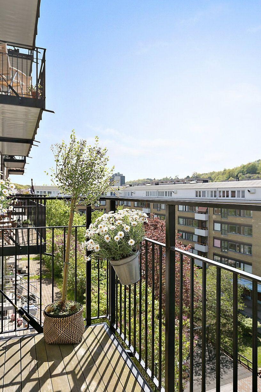 Stor balkong med smidesräcke