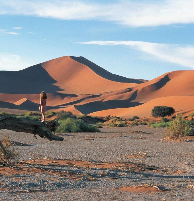 """Menina Mogli"" cresce entre animais selvagens na África"