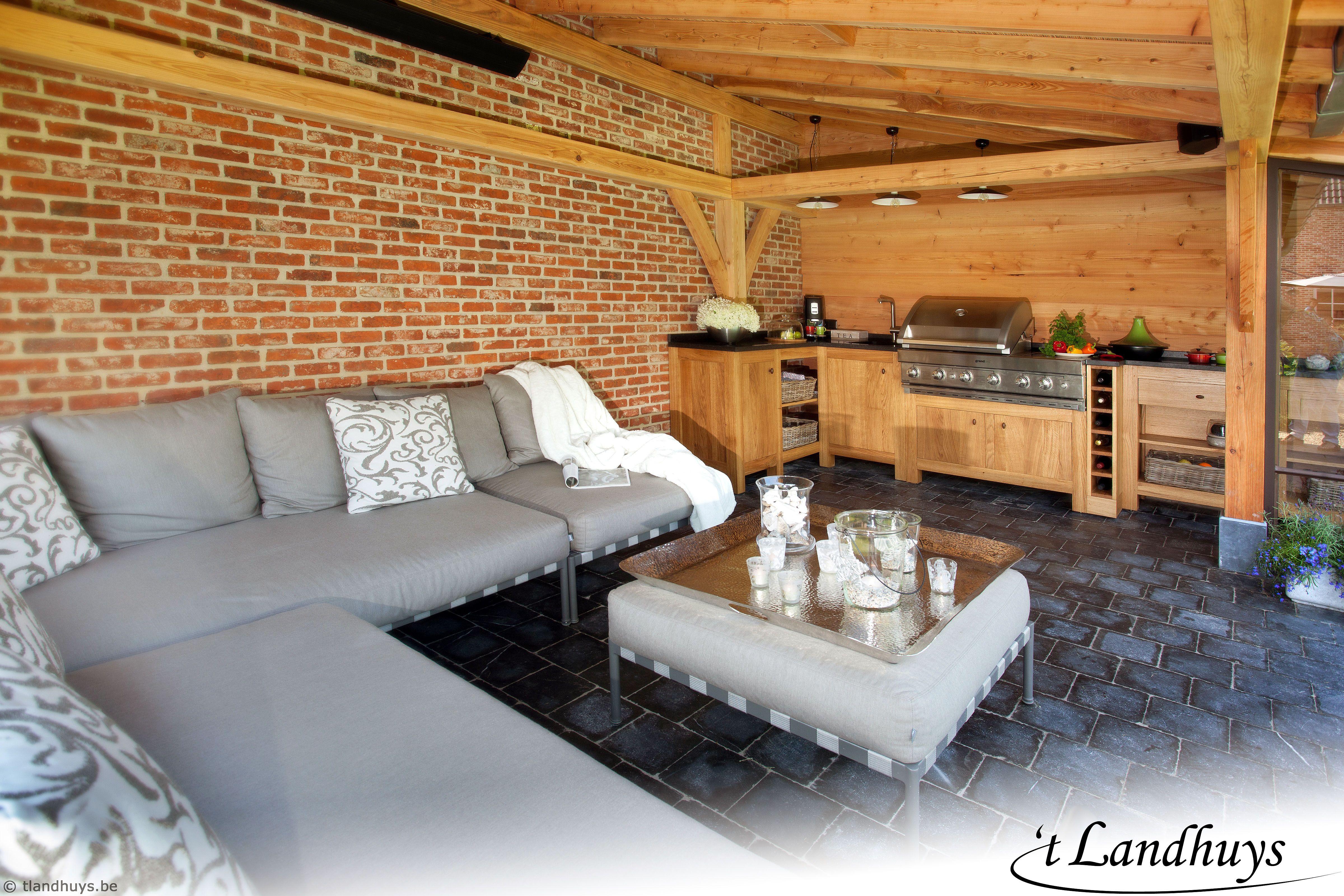 Overdekt terras met buitenkeuken en loungeruimte buitenkeuken