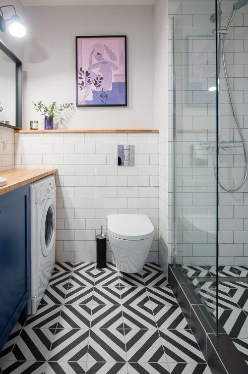 Mała łazienka Ze Wzorzystą Podłogą W Geometryczny Wzór