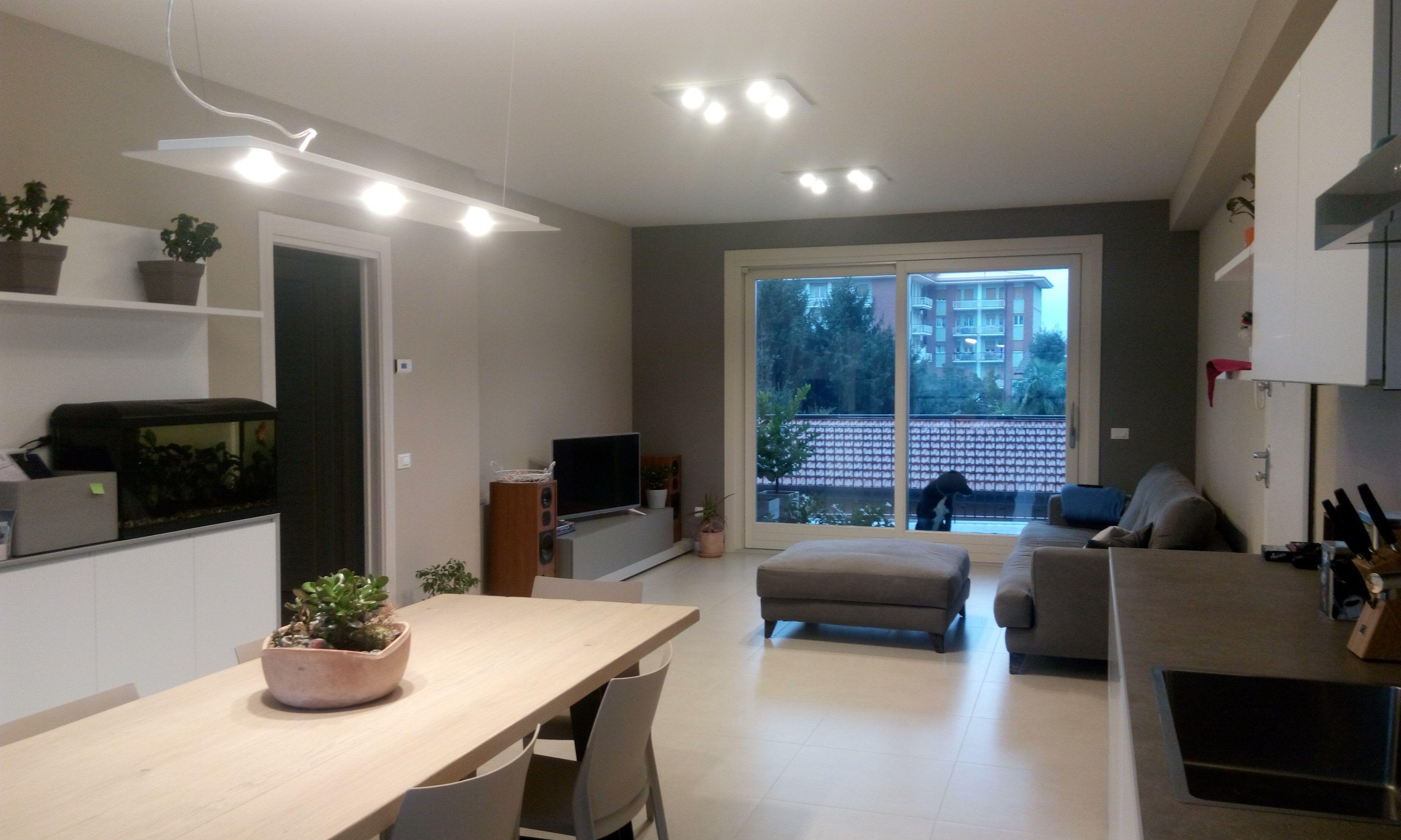 Moderna zona living illuminata con la serie frozen di studio