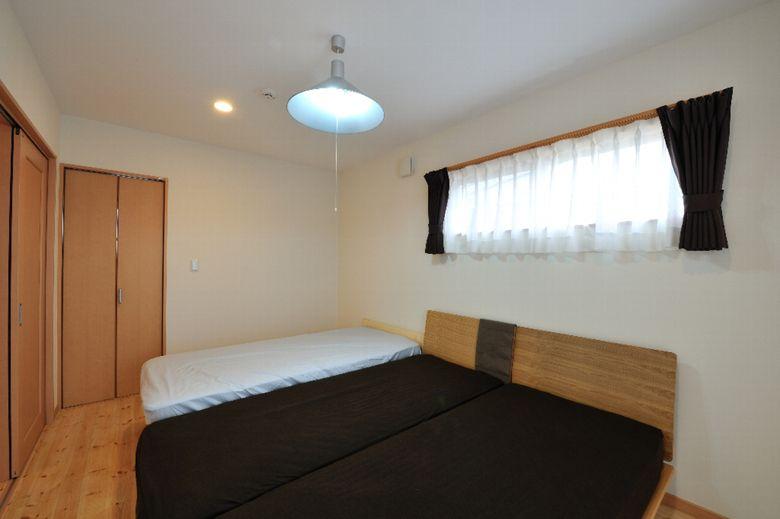 主寝室 主寝室7 5帖 書斎2 5帖 ウォークインクロゼット3帖 枕元の窓は幅1m65cm高さ50cm明るすぎないサイズと位置に配慮しました 寝室 窓 寝室 主寝室