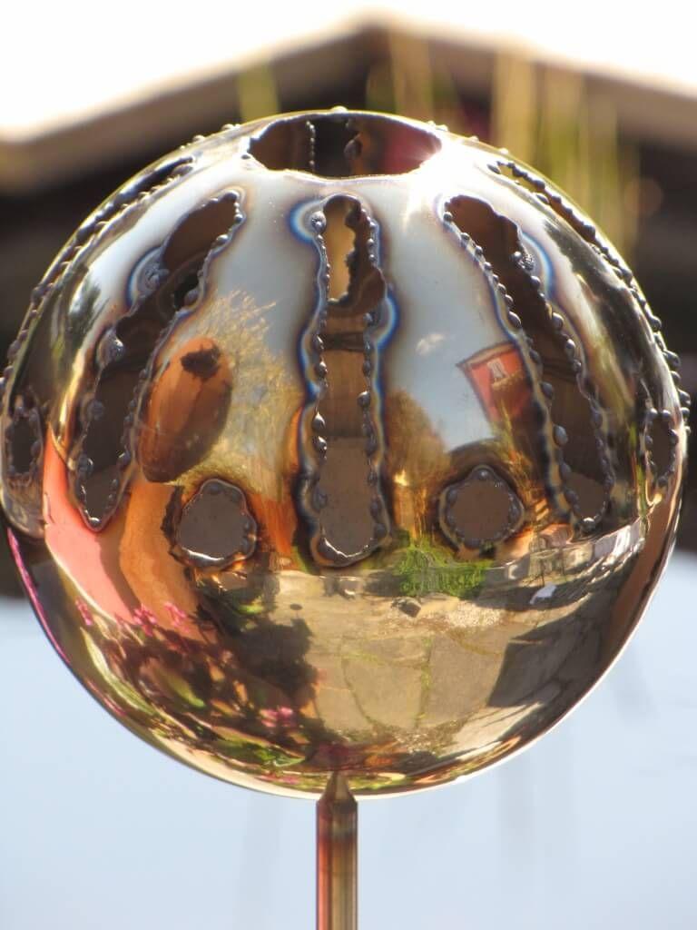 Edelstahl Gartenstecker Feuerfratze Sonne  Eine tolle Gartendeko stellt die Feuerfratze Sonne aus Edelstahl dar.  Egal ob tagsüber glitzernd im Sonnenschein oder nachts befeuert mit Bioethanol, ein Hingucker ist die Feuerfratze auf jeden Fall.   Größe:      Höhe: 100 cm     Durchmesser: 13 cm  Preis: 27,- €