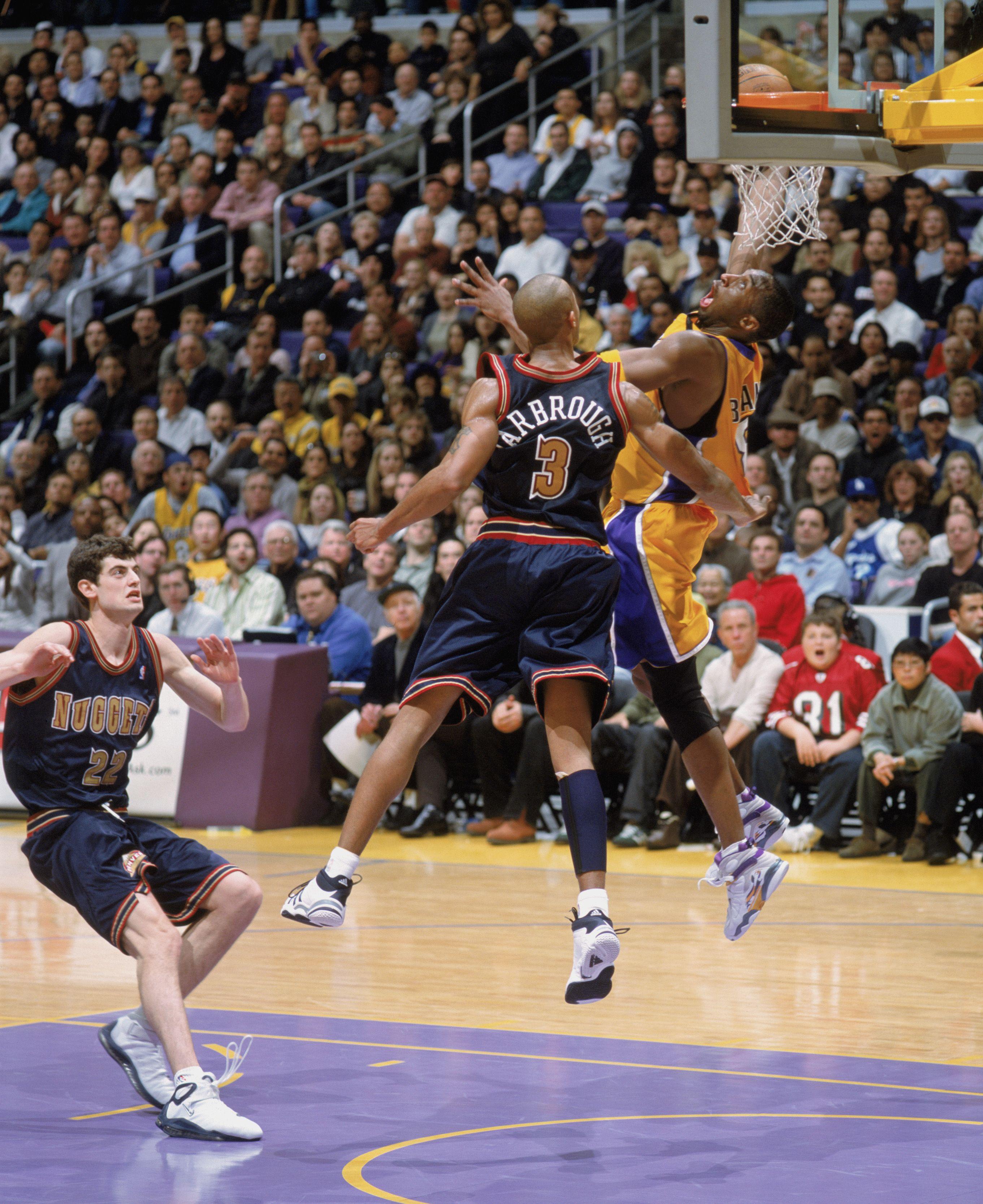 Kobe Bryant completes the 360 throwdown Javy tu nene (With